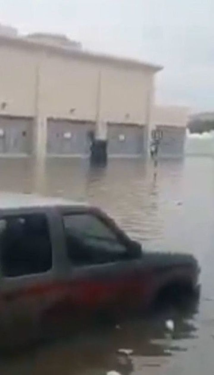 Более трех сотен аварий произошло в затопленном Дубае за сутки