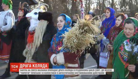 """Праздник Маланки: в музей """"Пирогово"""" приехали 10 коллективов из аутентичными костюмированными представлениями"""