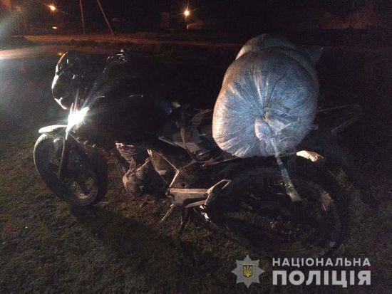 На Рівненщині поліція затримала хлопця на мопеді з мішком бурштину
