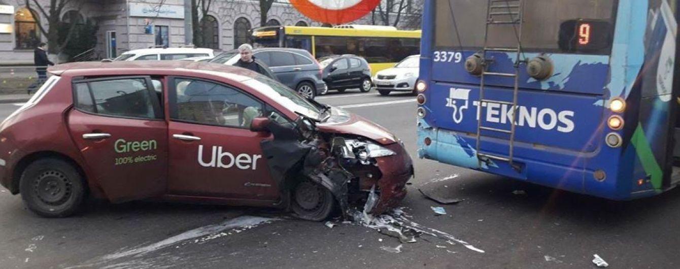 У Києві електрокар Nissan влетів у тролейбус. Фото