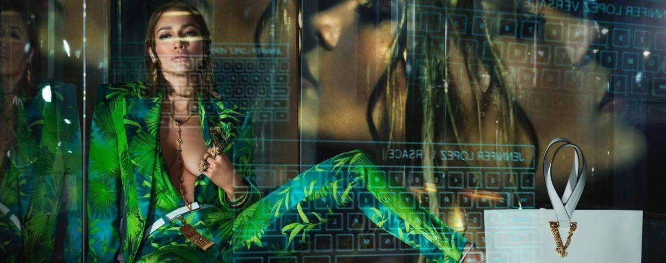 Джей Ло сверкнула грудью и плоским животом на съемках для Versace