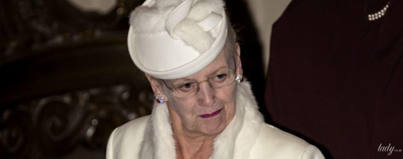 В белоснежном луке и с яркой помадой: королева Маргрете II на службе