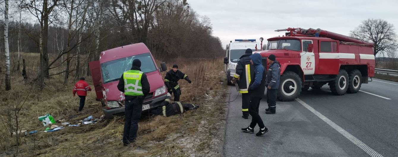 На трасі Київ-Чопперекинувся мікроавтобус: загиблу пасажирку затиснуло автомобілем