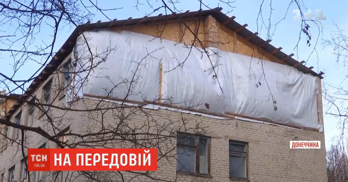 У Мар'їнціукраїнськівійськові відновлюють пошкоджені бойовиками будинки та лікарню