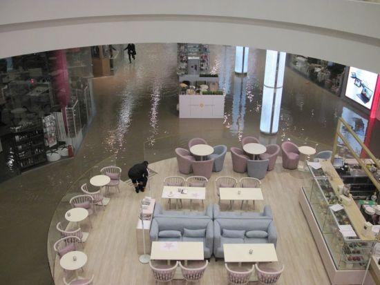 Поліція шукає винних у прориві тепломережі, який затопив торговий центр Оcean Plaza