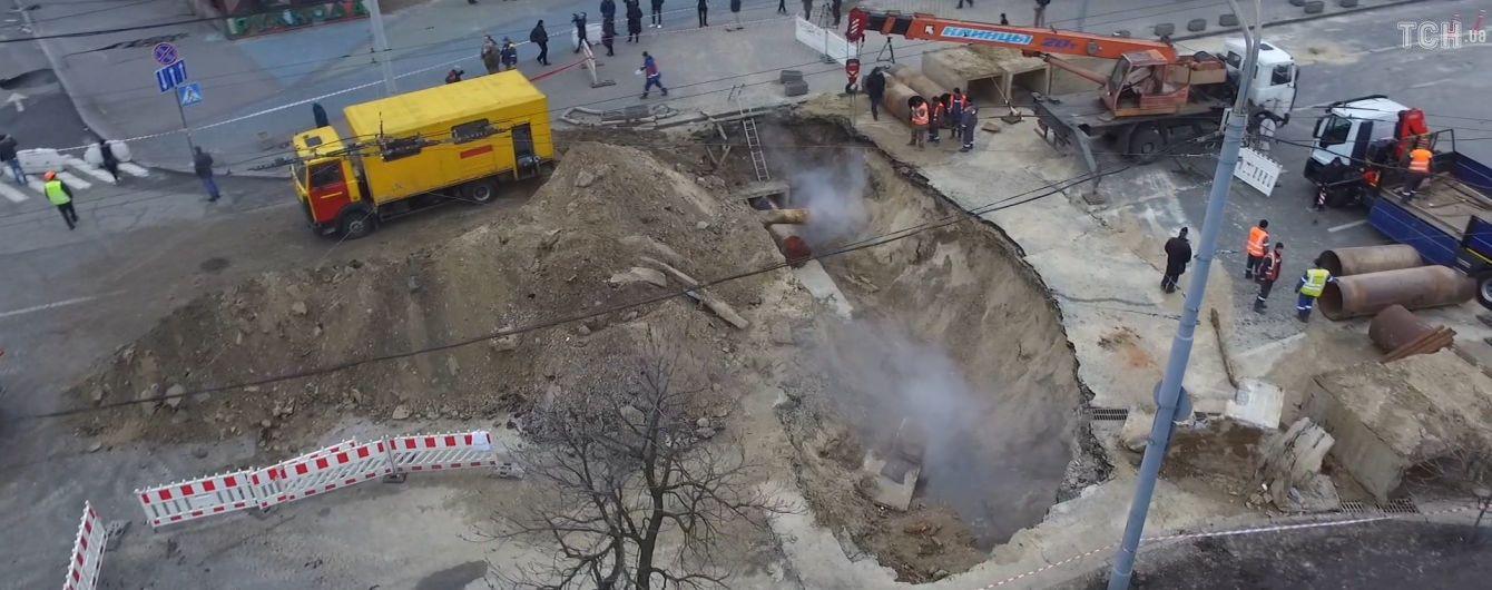 """В """"Киевтеплоэнерго"""" назвали сроки устранения повреждения трубопровода возле Ocean Plaza"""