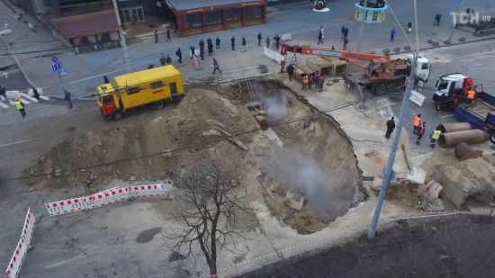 """У """"Київтеплоенерго"""" назвали терміни усунення пошкодження трубопроводу біля Ocean Plaza"""