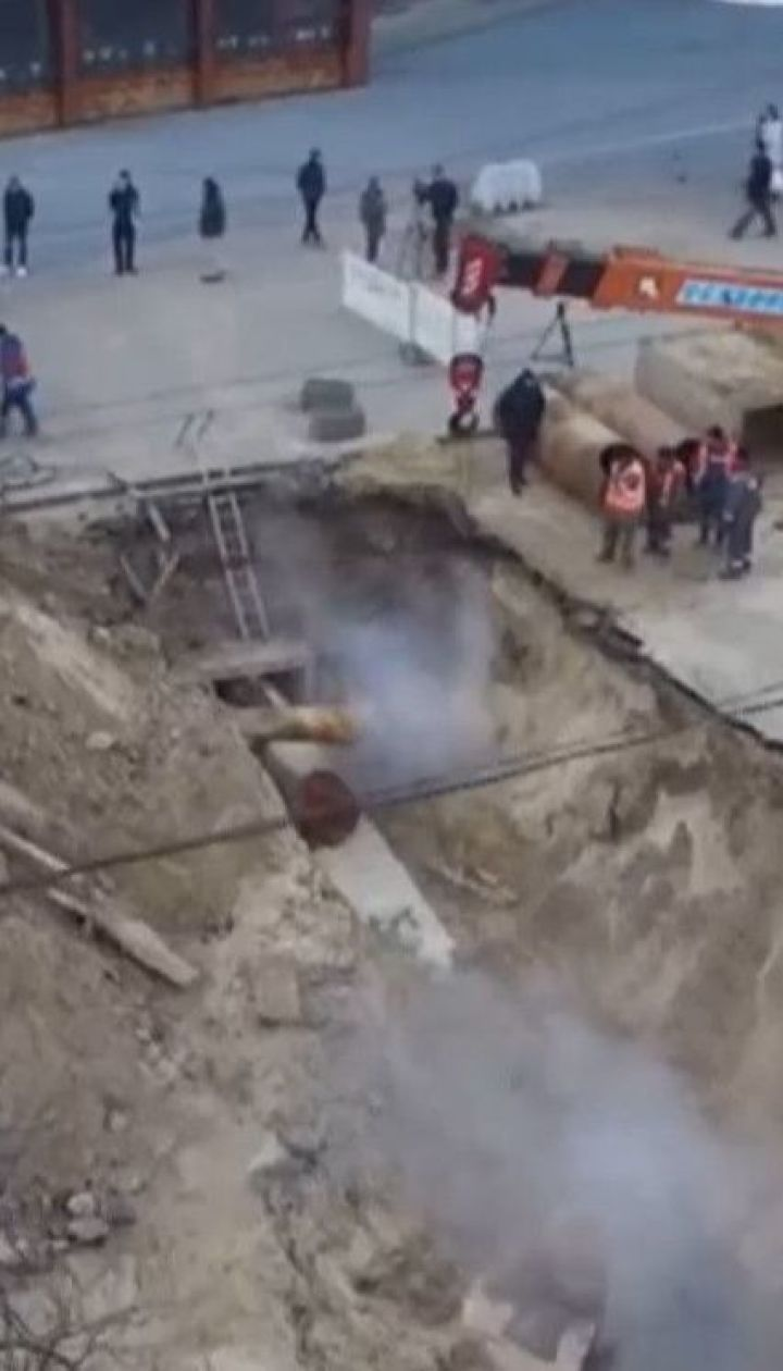 Вже до завтра комунальники обіцяють полагодити трубу біля ТЦ у Києві