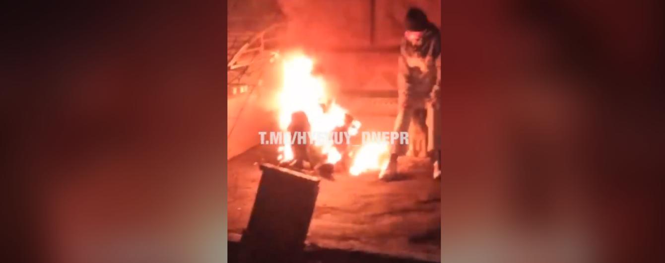 У центрі Дніпра люди знімали на відео, як безхатченко помирає у вогні. Поліція відкрила справу