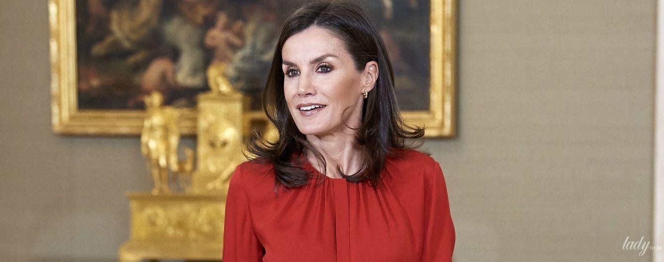 Ах, яка гарна: королева Летиція приїхала на прийом в яскравій сорочці та спідниці з квітковою вишивкою