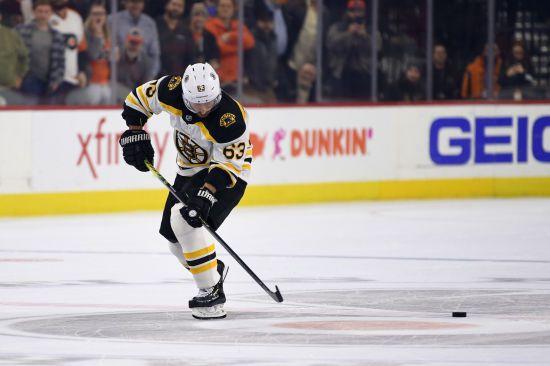Хокеїст НХЛ проїхав повз шайби під час виконанні вирішального буліту