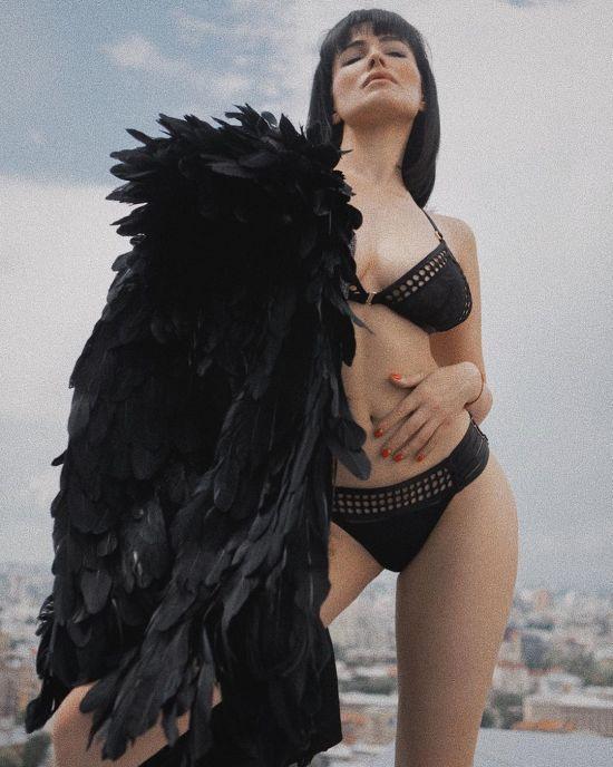 """""""Схожа на Дорофєєву"""": Астаф'єва показала розкішну фігуру у купальнику та пір'ї"""