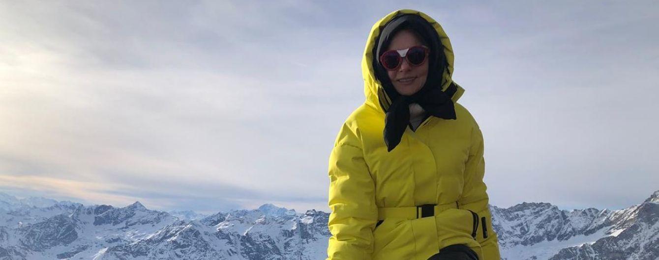 В ярком пуховике и на лыжах: Алена Лавренюк показала, как проводит отпуск на итальянском курорте