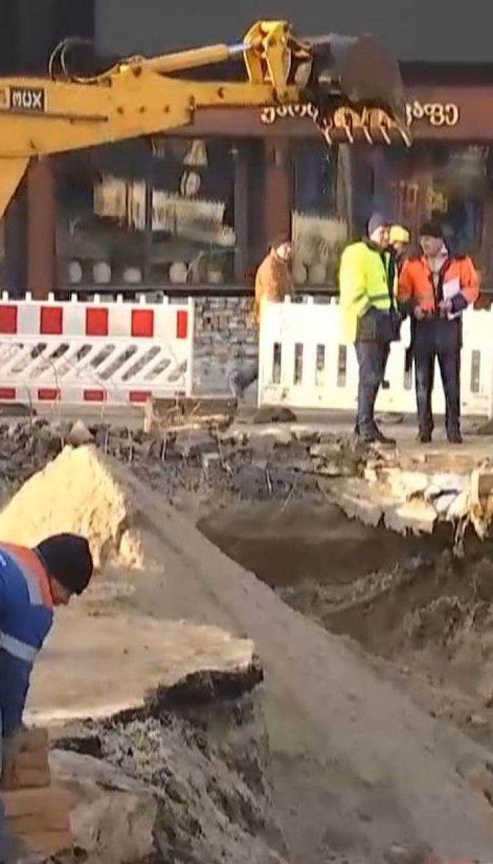Прорив теплотраси на Либідській: комунальники уже уклали нову трубу та засипають вирву