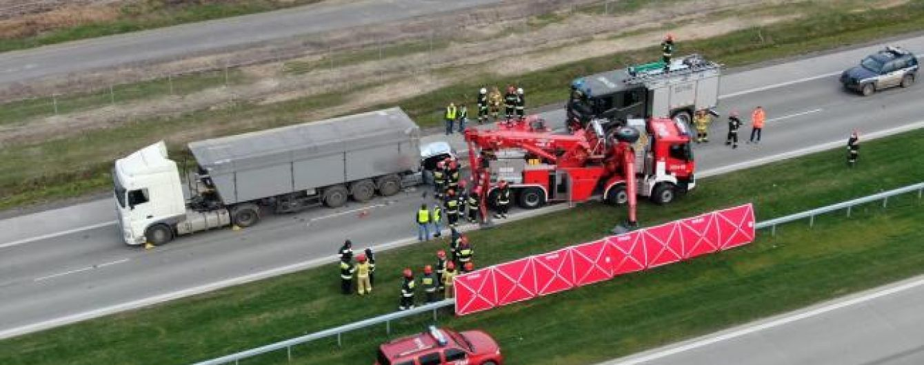 Смертельна ДТП в Польщі. Українці на легковику врізались у вантажівку