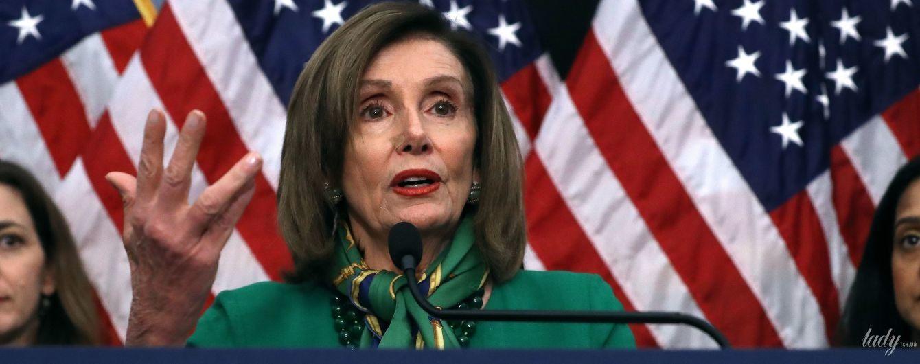 У зеленій сукні і з гарною хусткою: 79-річна спікерка палати представників США на пресконференції