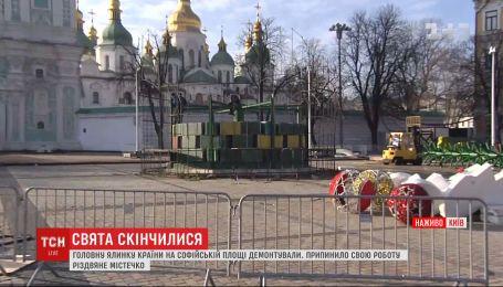 Завершение праздников: главную елку Украины на Софийской площади уже разобрали
