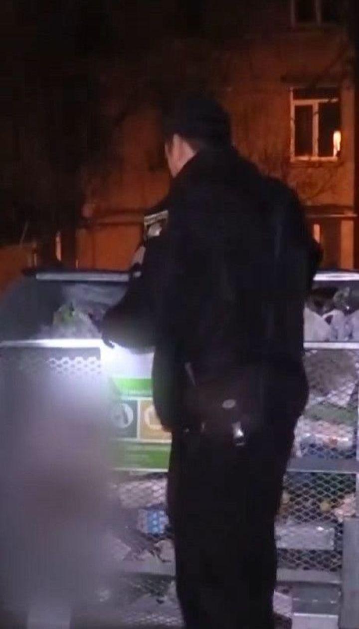 Прохожий в Киеве нашел мертвого младенца в мусорном контейнере
