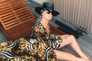 У халаті з хижим принтом і капелюсі: Маша Єфросиніна у гламурному образі показала стрункі ноги