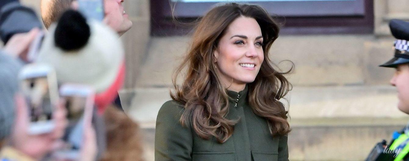 В красивому пальті та з крокодилячою сумкою: перший вихід герцогині Кембриджської після королівського скандалу
