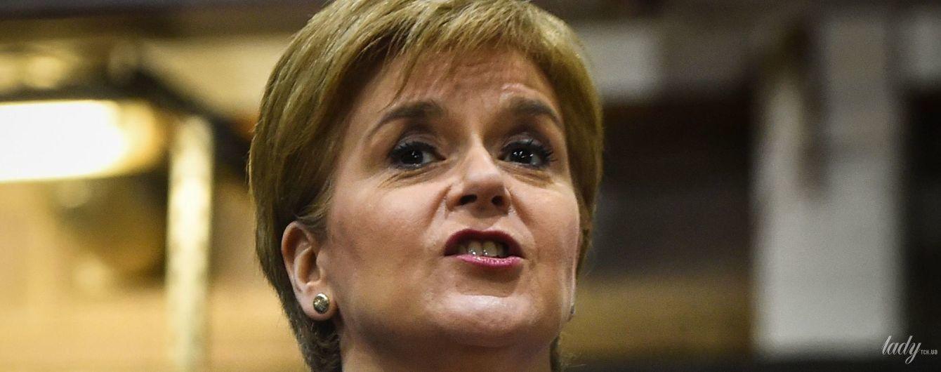 В синем костюме и на шпильках: первый министр Шотландии на фабрике по производству холодильников