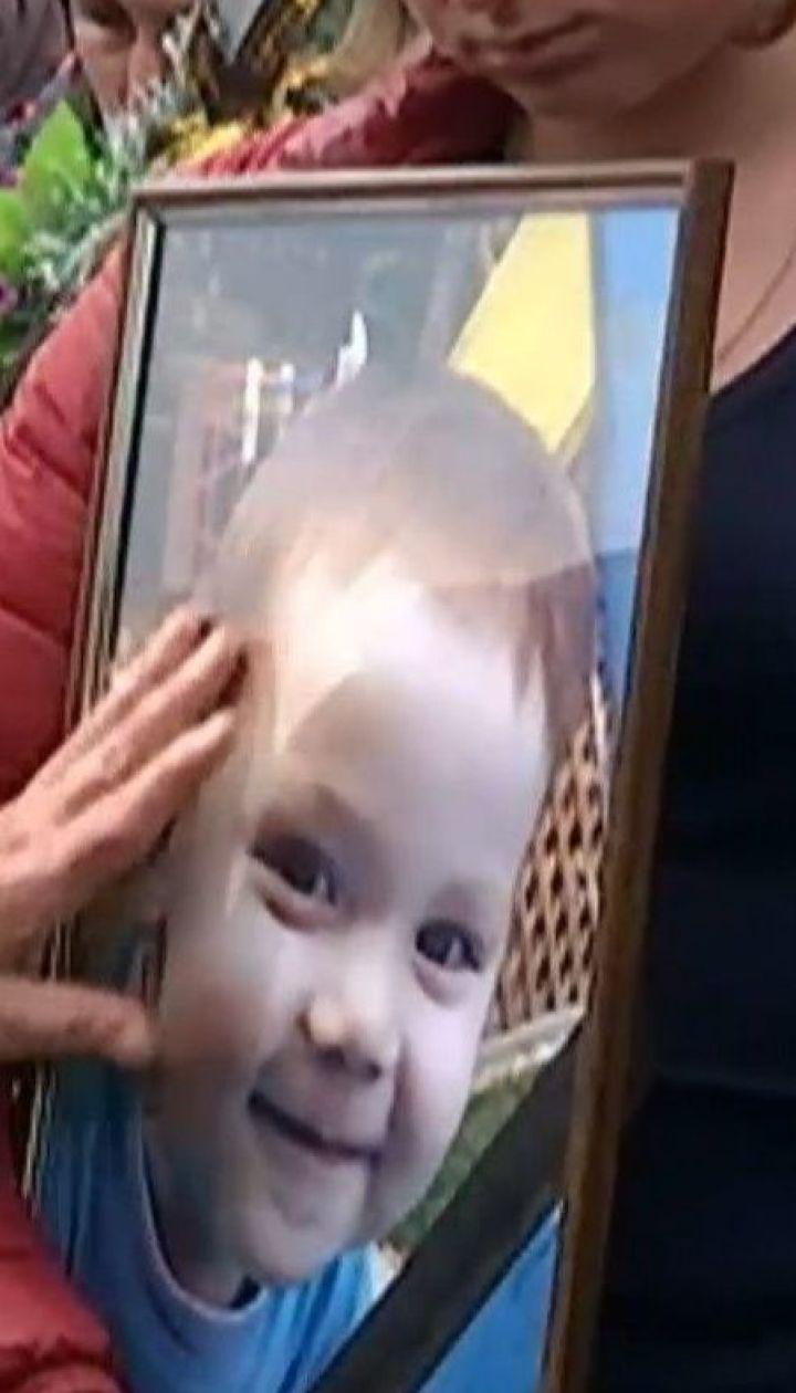 Суд відпустив чоловіка засудженого на 10 років за вбивство дворічного сина своєї співмешканки