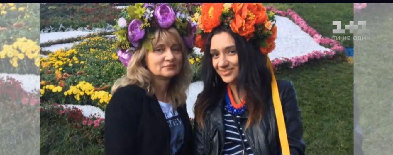 """""""Вона жила нами"""". Донька загиблої пасажирки літака МАУ прилетіла з Ірану, аби дочекатися тіла мами"""