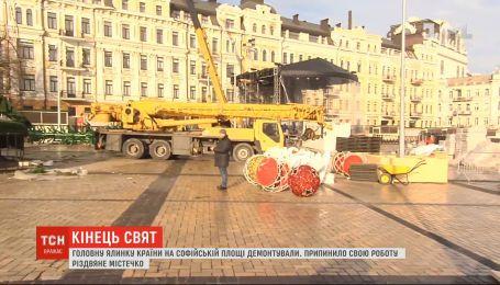 На Софийской площади демонтировали главную елку страны