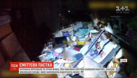 Патрульні врятували 75-річну жінку, яку привалило сміттям у власній квартирі