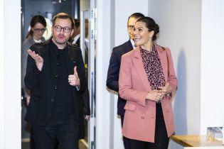 В розовом пиджаке и яркой обуви: кронпринцесса Виктория посетила первое мероприятие в новом году