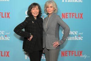 Акторки на прем'єрі серіалу: Джейн Фонда в сірому вбранні, Лілі Томлін в чорному
