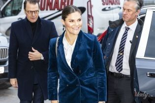 В красивом вельветовом костюме: кронпринцесса Виктория на деловом мероприятии