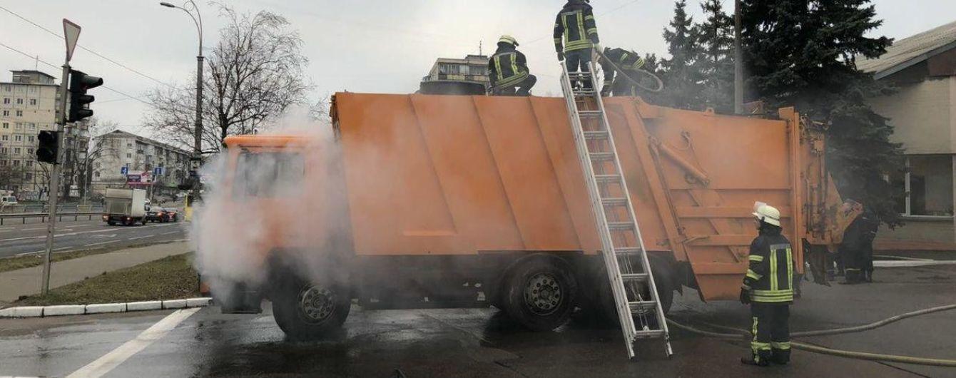В Киеве задымленный мусоровоз сам приехал в пожарную часть