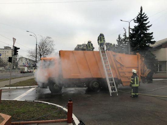 У Києві задимлений сміттєвоз сам приїхав до пожежної частини