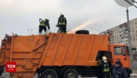 Пожежники ліквідували займання сміттєвоза у Києві