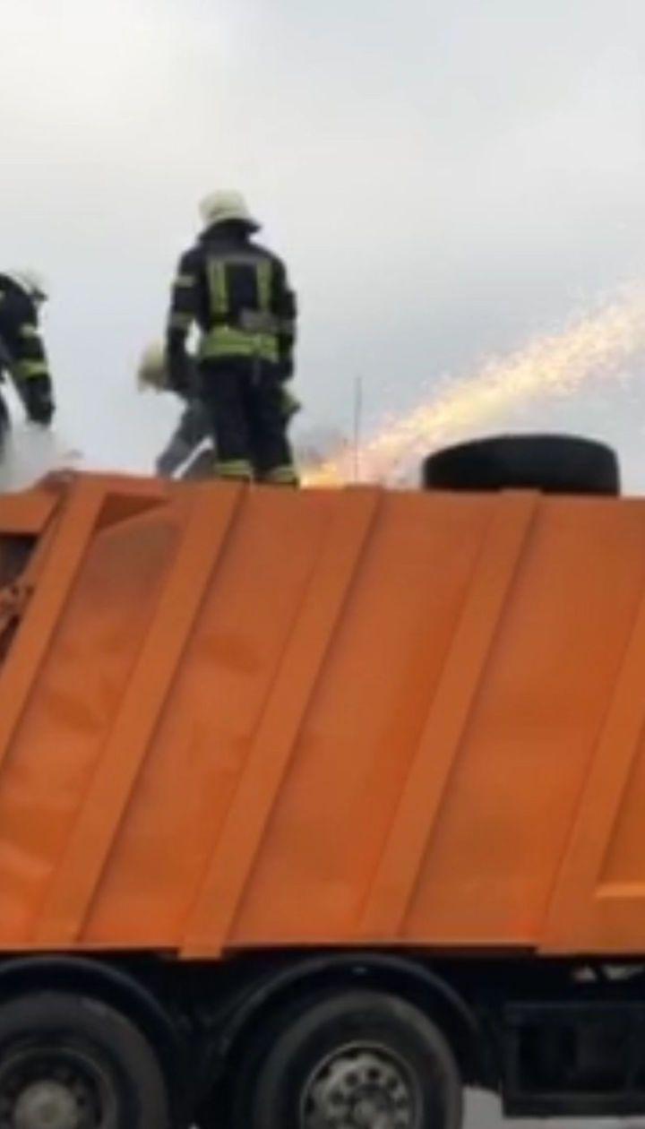 Пожарные ликвидировали возгорание мусоровоза в Киеве