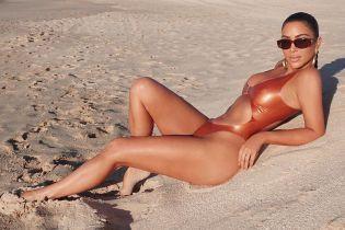 Кім Кардашян похизувалася апетитними сідницями у блискучому купальнику