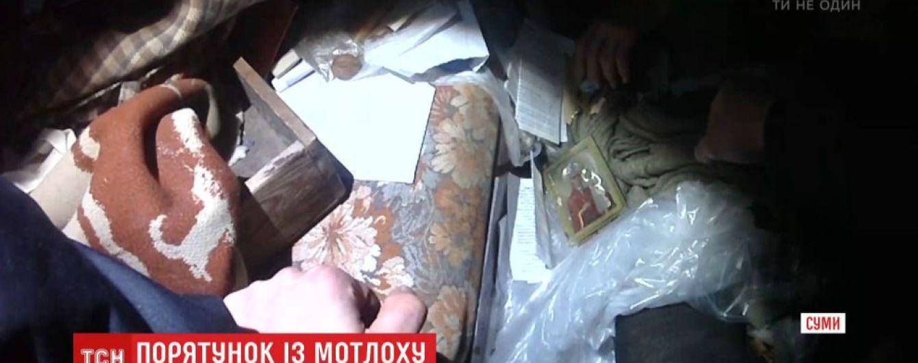 У Сумах поліція завдяки пильним сусідам врятувала бабусю, яку привалило сміттям у власній квартирі
