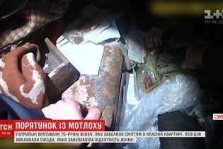 В Сумах полиция благодаря бдительным соседям спасла бабушку, которую привалило мусором в собственной квартире