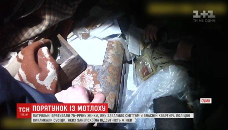 Лежала в мусоре 3 дня: в Сумах спасли женщину, которую в квартире привалило хламом