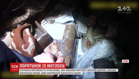 Лежала у смітті 3 дні: у Сумах врятували жінку, яку в квартирі привалило непотребом