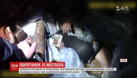 Барикади непотребу і табуни тарганів: 75-річну жінку завалило сміттям у власній квартирі