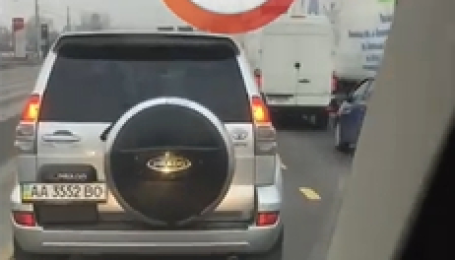 В Киеве водитель Toyota Prado блокировал проезд медиков, которые ехали к ошпаренному ребенку. Видео