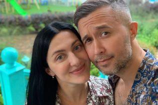 Жена Сергея Бабкина кардинально сменила имидж, отрезав длинные волосы
