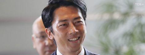 Японський міністр, який ошелешив заявою про свою декретну відпустку, став татом
