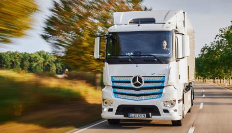 Daimler выпустит электромусоровоз на базе грузовика Mercedes