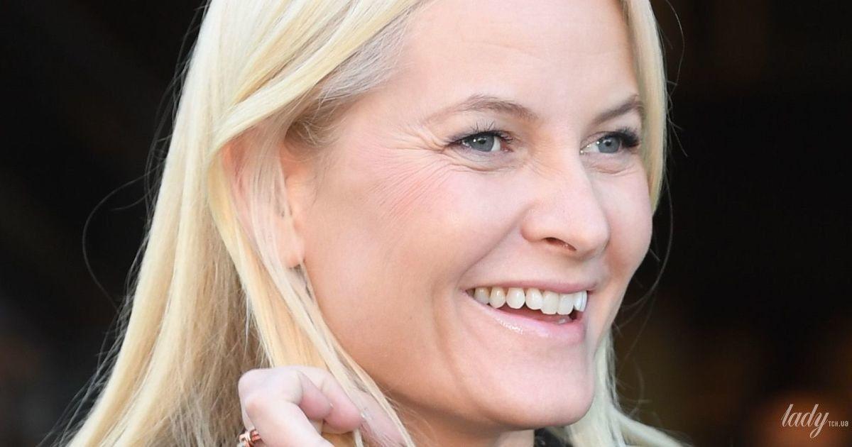 С улыбкой и в скромном аутфите: норвежская принцесса Метте-Марит сходила в библиотеку