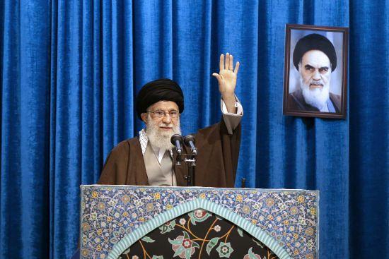 """Верховний лідер Ірану вперше за багато років провів молитву. Розповів про """"ляпас"""" США і """"лакеїв"""" у ЄС"""