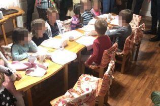 У Києві виявили нелегальний дитсадок. Поліція перевіряє факт незаконного утримання 11 малюків