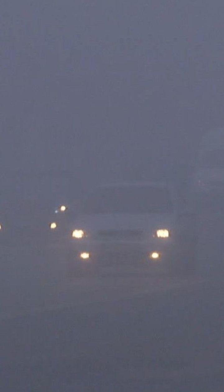 Через щільний туман і ожеледицю сталося кілька аварій на трасах України